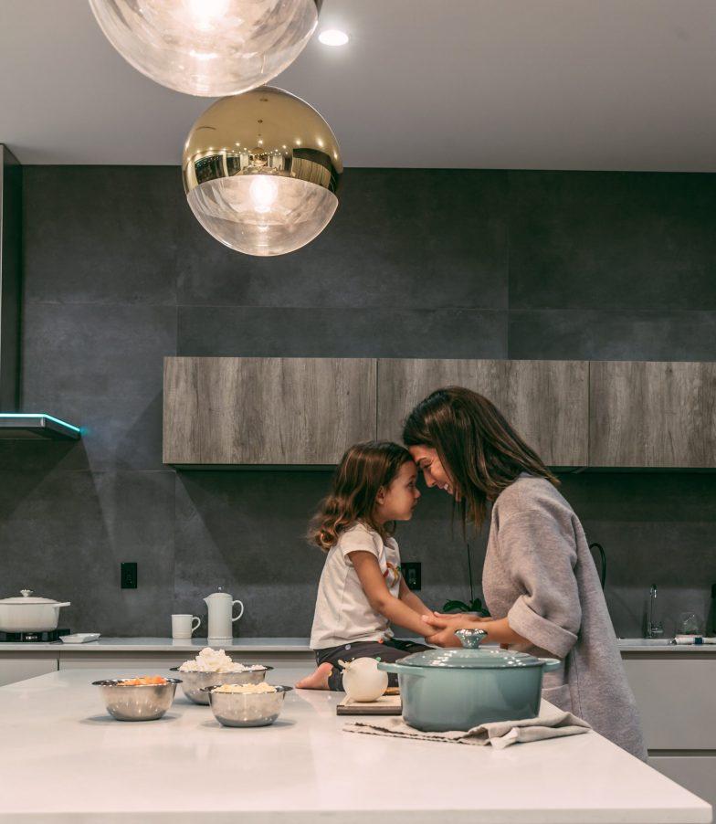 zena-dieta-kuchyna-svetlo-kuchynska-linka