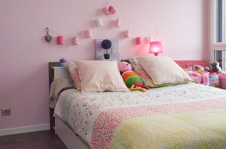 postel-vankuse-svetielka-lampa-zasuvka-hracka