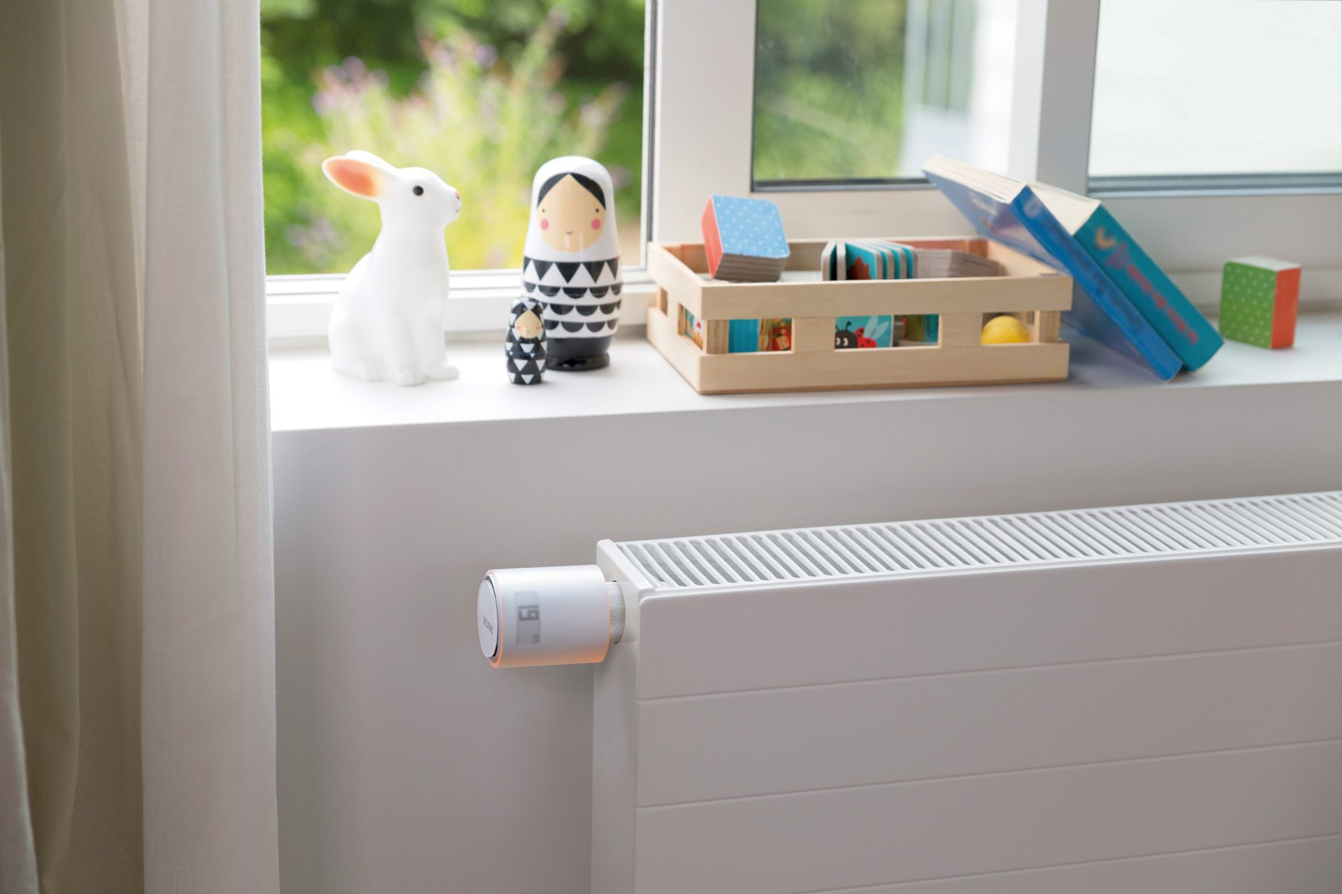 radiator-termostat-hracky-debmicka-okno-stena